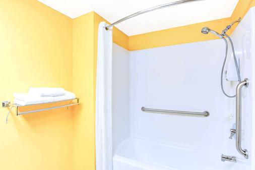 Super 8 by Wyndham Mitchell - Mitchell - Bathroom