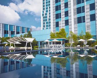 Crimson Hotel Filinvest City, Manila - Muntinlupa - Zwembad