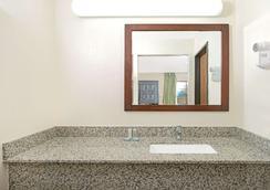 Travelodge by Wyndham Sacramento / Rancho Cordova - Sacramento - Bathroom