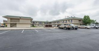 Motel 6 Kansas City North Airport - Kansas City - Building