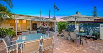 Bundaberg Coral Villa Motor Inn - Bundaberg - Patio