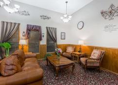 Super 8 by Wyndham Manhattan KS - Manhattan - Living room