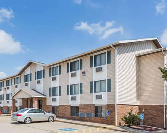 Super 8 by Wyndham Manhattan KS - Manhattan - Building