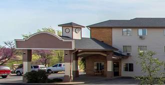 Econo Lodge Inn & Suites - Clinton
