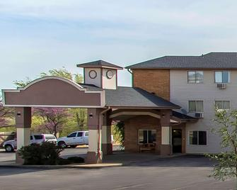 Econo Lodge Inn & Suites - Clinton - Building
