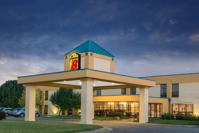 Super 8 by Wyndham Wichita South - Wichita - Building