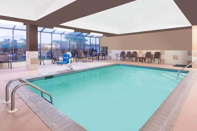 Super 8 by Wyndham Wichita South - Wichita - Pool