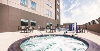 La Quinta Inn & Suites by Wyndham McAllen La Plaza Mall - McAllen - Svømmebasseng