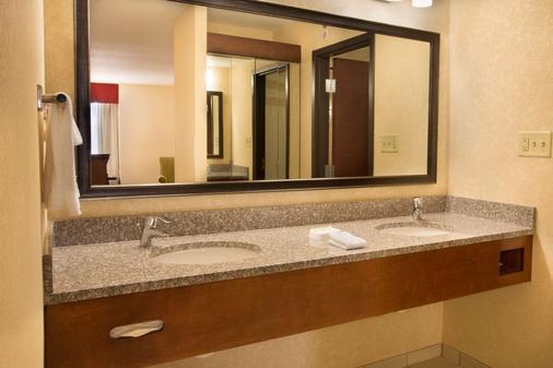 Drury Inn & Suites Charlotte University Place - Charlotte - Bathroom