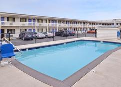 Motel 6 Salem - Expo Center - Сейлем - Pool