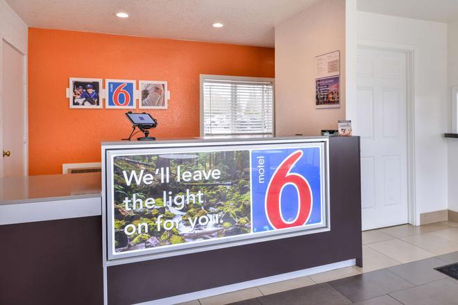 Motel 6 Salem - Expo Center - Salem - Receptionist