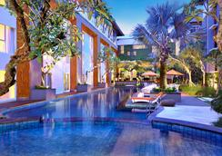 Harris Hotel & Residences Sunset Road - Kuta - Pool