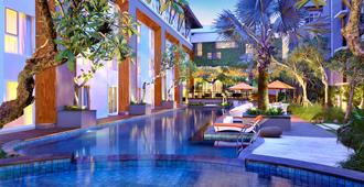 Harris Hotel & Residences Sunset Road - Kuta - Piscina