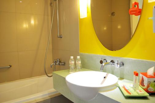 Harris Hotel & Residences Sunset Road - Kuta - Bathroom