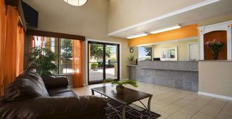 Super 8 by Wyndham Grand Prairie Southwest - Grand Prairie - Lobby
