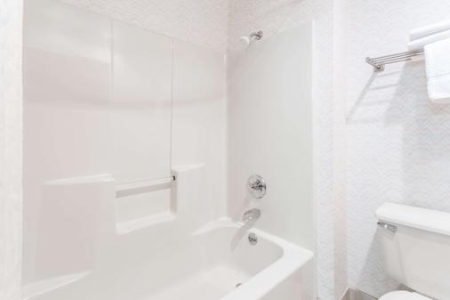 Days Inn by Wyndham Battlefield Rd/Hwy 65 - Springfield - Bathroom