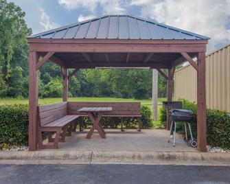 Days Inn & Suites by Wyndham Pine Bluff - Pine Bluff - Innenhof