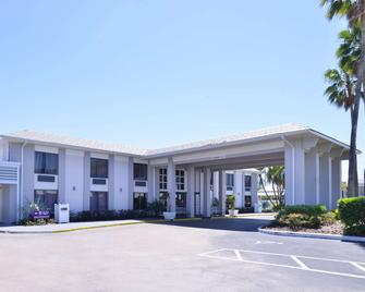 Clarion Inn & Suites Across From Universal Orlando Resort - Orlando - Building