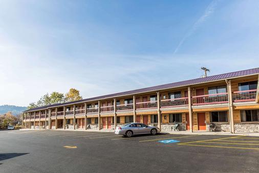 Econo Lodge Inn & Suites - Kalispell - Building