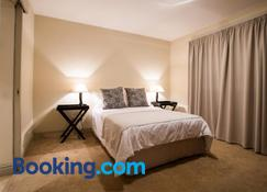 Loddey's Self Catering Apartments - Strand - Schlafzimmer