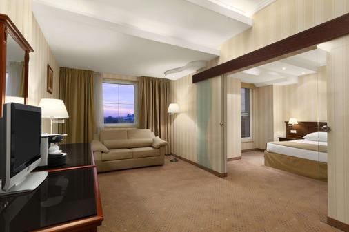 Ramada Hotel & Suites by Wyndham Bucharest North - Bucharest - Bedroom