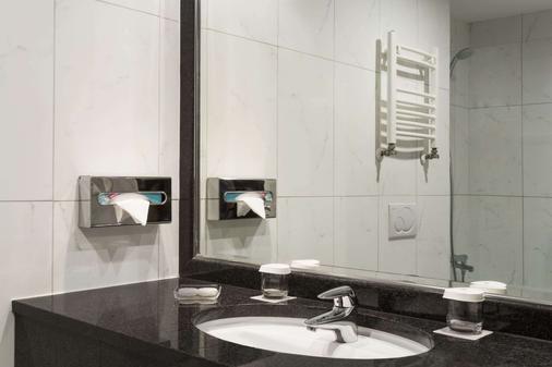 Ramada Hotel & Suites by Wyndham Bucharest North - Bucharest - Bathroom