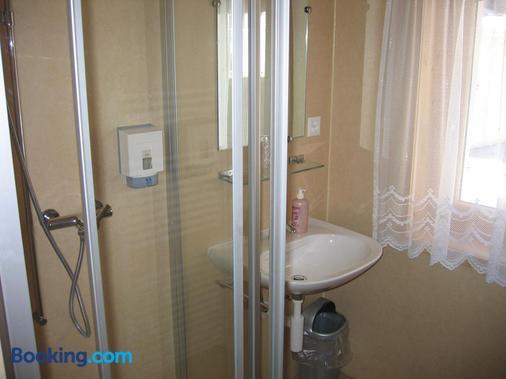 Pension-Restaurant Drei Tannen - Goms - Bathroom