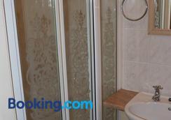 The Avon - Blackpool - Bathroom
