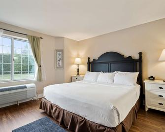 Charlevoix Inn & Suites SureStay Collection by Best Western - Charlevoix - Bedroom
