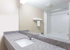 Super 8 by Wyndham Indianola - Indianola - Bathroom