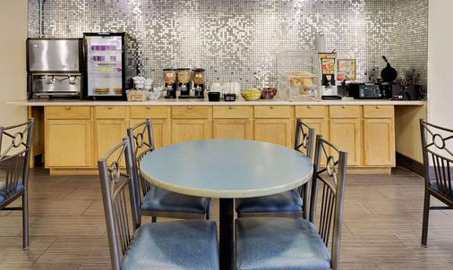 Microtel Inn & Suites by Wyndham Madison East - Madison - Buffet