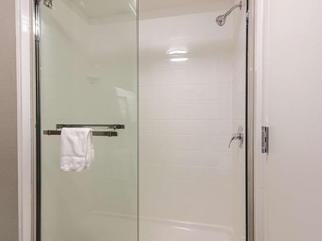 La Quinta Inn & Suites by Wyndham Portland - Portland - Bathroom