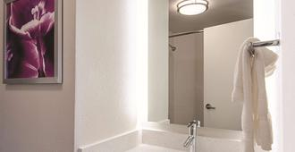 La Quinta Inn & Suites by Wyndham Portland - Portland - Bathroom