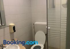 Le Penguin Hostel - Faro - Bathroom
