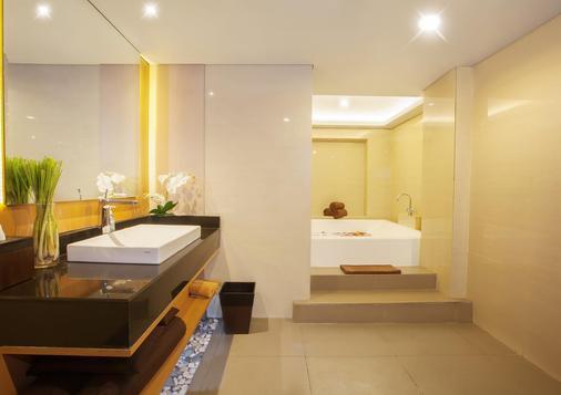de Vins Sky Hotel Seminyak - Kuta - Bathroom
