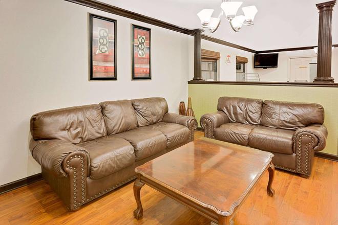Super 8 by Wyndham Hazen - Hazen - Living room