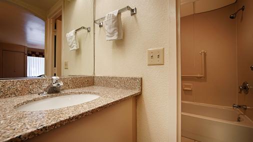Best Western East Brunswick Inn - East Brunswick - Bathroom