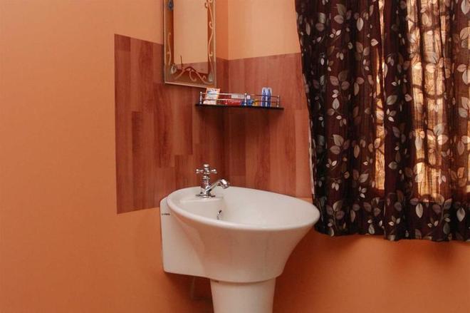 Hotel Cosmo - New Delhi - Bathroom