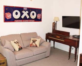 Mrs Salisbury's Serviced Accommodation - Maldon - Living room