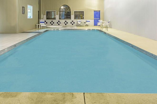 Super 8 by Wyndham Gallipolis Pt Pleasant Area - Gallipolis - Pool