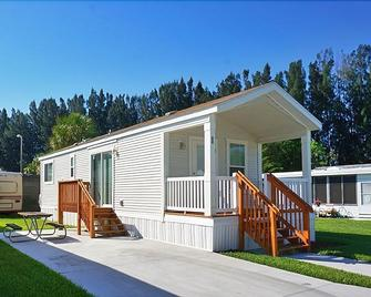 Winter Quarters Pasco RV Resort - Campground - Lutz - Building