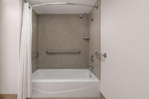 Ramada by Wyndham Odessa Near University of Texas Permian - Odessa - Bathroom