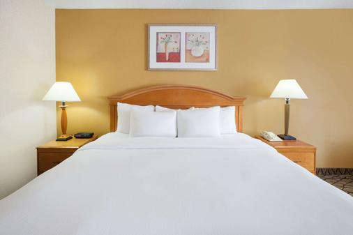 Baymont by Wyndham Canton - Canton - Bedroom