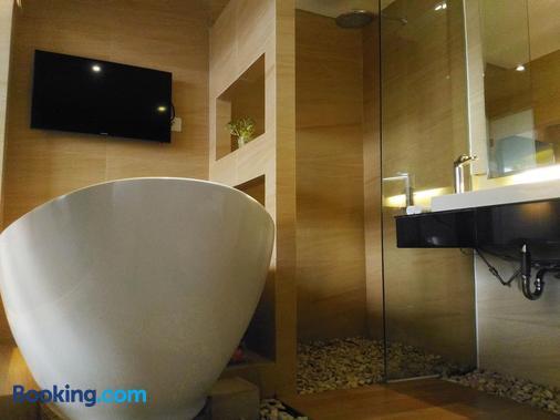 Crystal Lotus Hotel Yogyakarta by Prabu - Yogyakarta - Bathroom