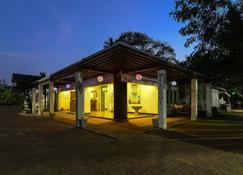 Hangover Hostels Seeduwa - Katunayake - Building