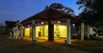 Hangover Hostels Seeduwa - Katunayake