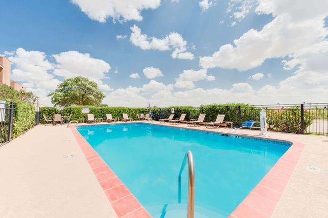 Baymont by Wyndham Midland Airport - Midland - Pool