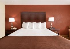 Baymont by Wyndham Midland Airport - Midland - Bedroom