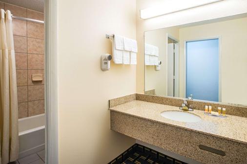 Days Inn Roanoke Near I-81 - Roanoke - Phòng tắm