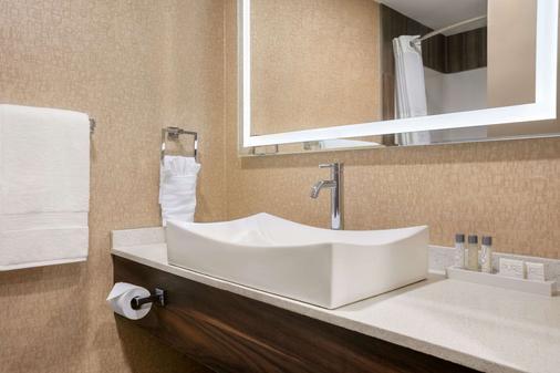 麥迪遜哈特酒店及 VLT 酒吧 - Medicine Hat - 梅迪辛哈特 - 浴室